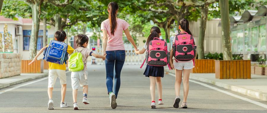 摄图网_500601720_wx_教师节老师牵着学生们上学(企业商用).jpg