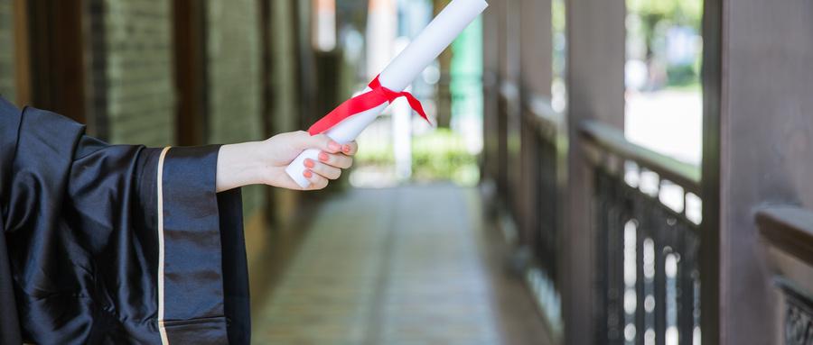摄图网_500389777_wx_教室走廊前手拿证书的毕业生(企业商用).jpg